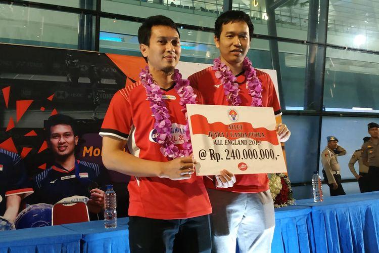 Pasangan ganda putra senior Indonesia, Mohammad Ahsan/Hendra Setiawan, menerima bonus masing-masing sebesar Rp 240 juta dari pemerintah atas keberhasilan mereka menjuarai All England 2019.