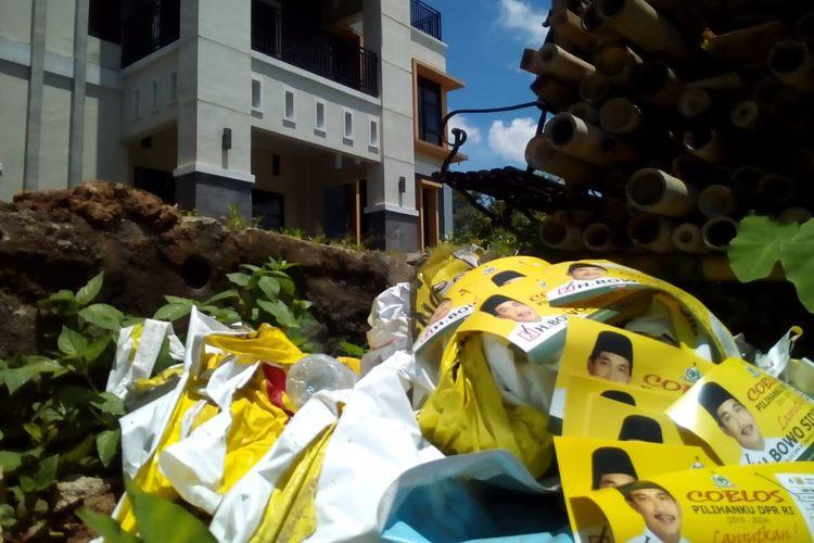 APK bergambar Bowo Sidik Pangarso berserakan di halaman PoskoPemenangannya di Desa Mlati Kidul, Kecamatan Kudus, Kabupaten Kudus, Jawa Tengah, Jumat (29/3/2019).