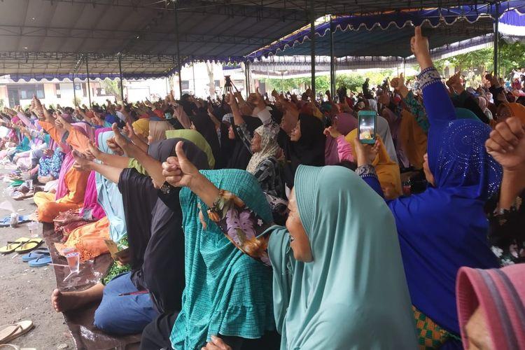Jemaah saat Yatofa Lombok Tengah, NTB, mengangkat jempolnya untuk pasangan calon Jokowi-Maruf, Selasa (2/4/2019).