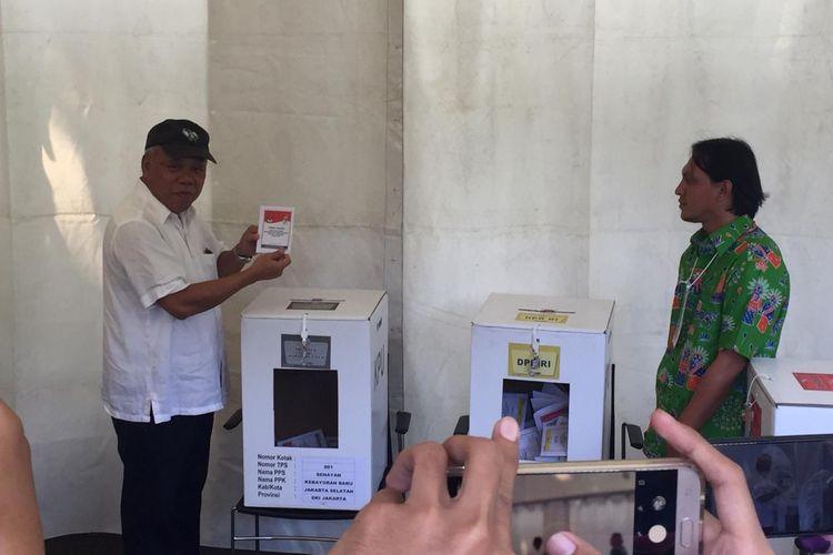 Menteri PUPR Basuki Hadimuljono dan istri, Kartika Basuki usai menyoblos di TPS 01