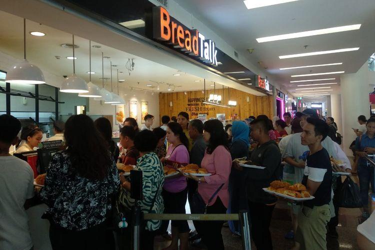 Pengunjung mengantre di depan stan Breadtalk, Mall of Indonesia, Kamis (17/4).