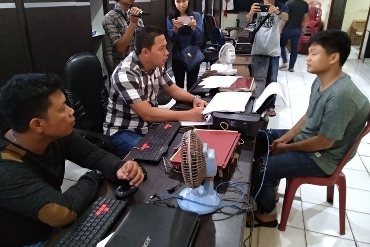 Suryadi alias Cung Adi (24), yang merupakan pelaku pembunuhan terhadap Usman Heri (35) saat menjalani pemeriksaan di Polresta Palembang, Rabu (1/5/2019).