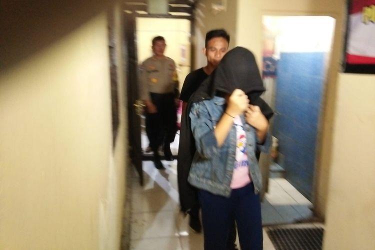 AY (18), seorang wanita yang nekat membuang bayi yang dilahirkannya saat dibawa ke kantor Polres Pelabuhan Makassar, Rabu (8/5/2019) malam.
