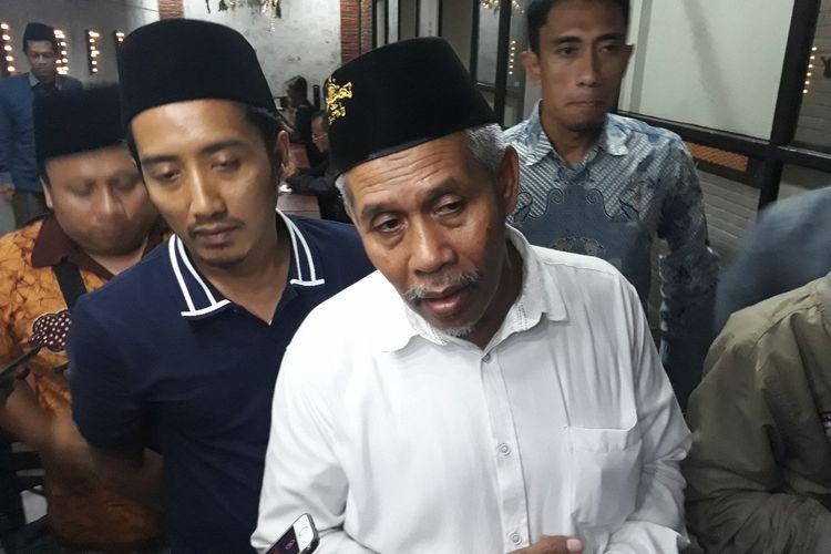 Ketua PWNU Jatim, KH Marzuki Mustamar (tengah)