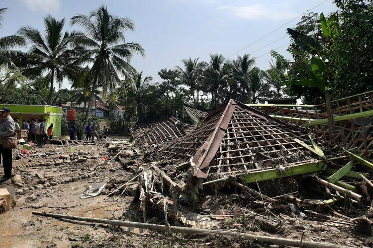 Puing-puing bekas bangunan asrama pondok pesantren Raudhatul Muhajirin di Kecamatan Sajira, Kabupaten Lebak yang masih tersisa setelah diterjang banjir bandang, Rabu (22/5/2019.
