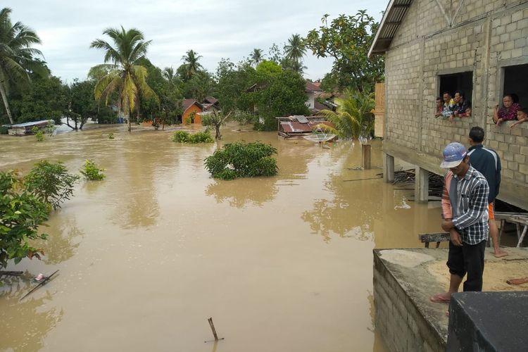 Banjir bandang terjang tiga dusun di Kecamatan Mandor, Kabupaten Landak, Kalimantan Barat, Sabtu (8/6/2019) pagi.