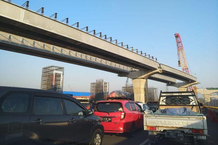 Kemacetan di ruas Tol Jakarta-Cikampek, Senin (10/6/2019).