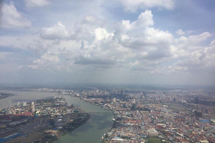 Pemandangan Kota Phnom Penh dari pesawat Citilink, Jumat (21/6/2019).