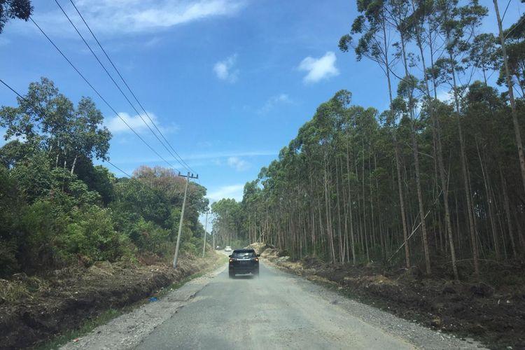Kondisi jalan ring road Pulau Samosir pascakegiatan preservasi. Saat ini, mayoritas ruas jalan telah beraspal dan mengikuti standar ruas jalan nasional.