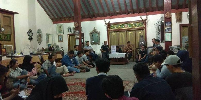 Diskusi setelah napak tilas sejarah Kampung Kauman Mangkunegaran, Minggu (10/6/2018).