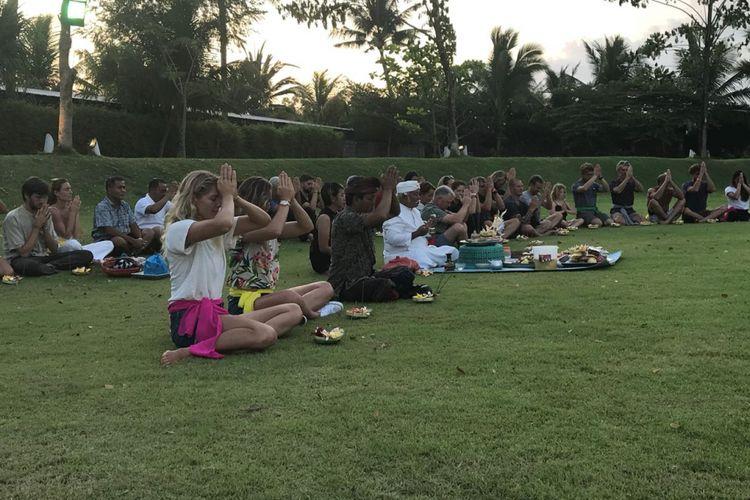 Para peselancar dunia dan panitia penyelenggara Keramas Bali Pro mengikuti prosesi adat sembahyang bersama di Komune, seusai acara jumpa pers, Minggu (27/5/2018).