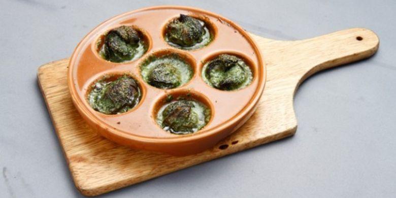 Escargot (760 yen). Dimasak dengan mentega bawang putih yang membuat harumnya sedap