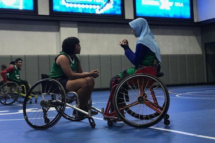 Atlet tim nasional bola basket kursi roda putri Indonesia sedang menjalani sesi latihan