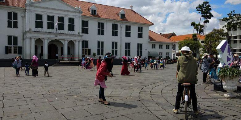 Situasi Kota Tua, Museum Fatahillah, Selasa (2/1/2018). Kondisi ini berbeda dengan Senin (1/1/2018) di mana tempat ini dipenuhi PKL menyambut wisatawan. Kota Tua diserbu wisatawan yang ingin menikmati libur tahun baru.