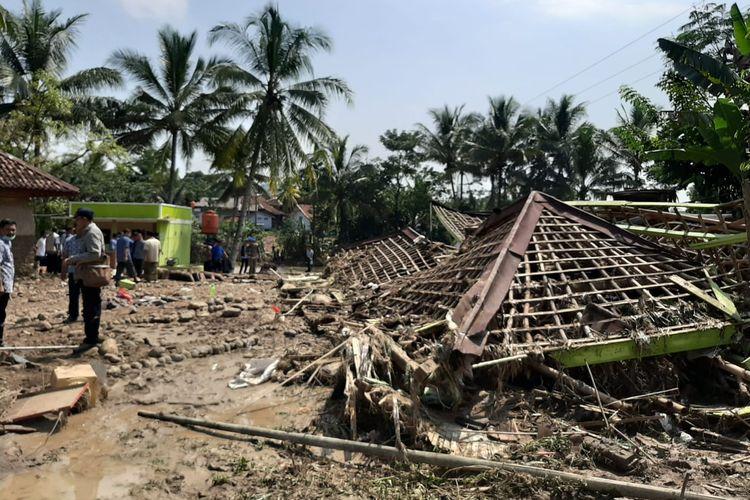 Puing-puing bekas bangunan asrama pondok pesantren Raudhatul Muhajirin di Kecamatan Sajira, Kabupaten Lebak yang masih tersisa setelah diterjang banjir bandang, Rabu (22/5/2019).