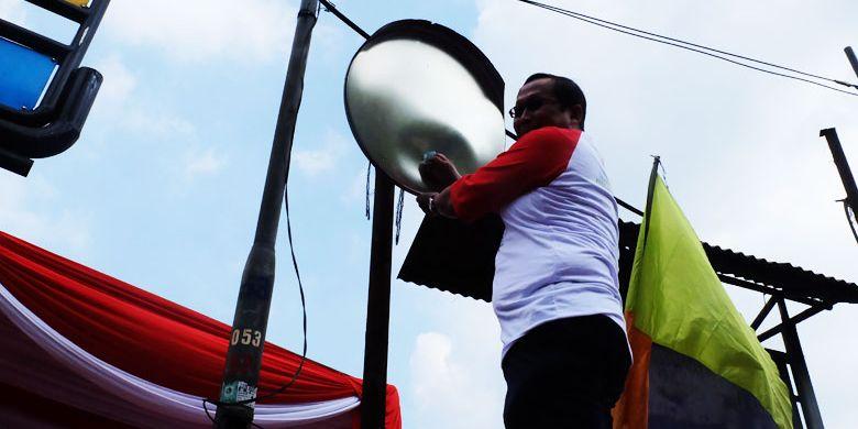 Direktur Jendral Perhubungan Darat Budi Setiyadi secara simbolis membersihkan cermin tikungan di Jalur Puncak, Bogor, Jawa Barat, pada (13/8/2019).