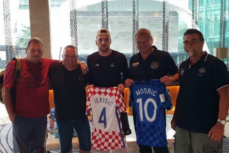 Penyerang Persija Jakarta Marko Simic memperlihatkan dua jersey yang merupakan hadiah dari dua bintang timnas Kroasia, Ivan Perisic dan Luca Modric.