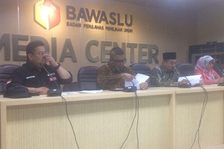 Badan Pengawas Pemilu (Bawaslu) RI Melakukan Konferensi Pers Terkait Pengawasan Proses Pemungutan Pilkada Serentak 2018, di Kantor Bawaslu, Jakarta, Rabu (27/6/2018).