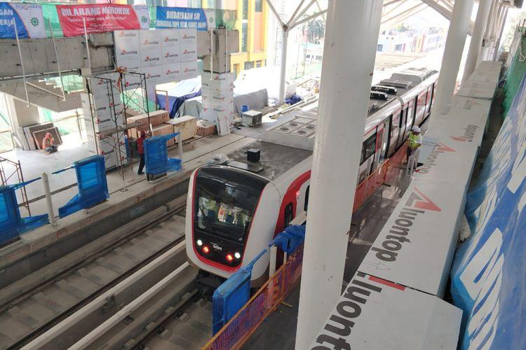 Kereta LRT di Stasiun Kelapa Gading yang ditargetkan siap beroperasi pada 10 Agustus 2018. Foto situasi stasiun LTR, Minggu (15/7/2018)
