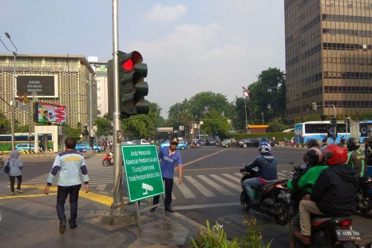 Rambu petuntuk kawasan yang diawasi CCTV dalam tilang elektronik atau electronic traffic law enforcement (ETLE) mulai dipasang di pinggir jalan pada Selasa (2/10/2018) pagi ini.