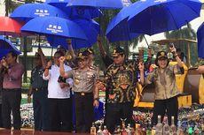 Di Tengah Hujan Deras Sejumlah Menteri Hancurkan Jutaan Barang Ilegal