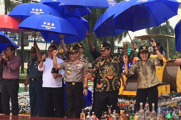 Para menteri dan pihak terkait sama-sama menghancurkan minuman keras di halaman kantor pusat Direktorat Jenderal Bea dan Cukai, Jakarta Timur, Kamis (15/2/2018). Miras tersebut didapat dari hasil operasi Bea dan Cukai bersama pemangku kepentingan lain selama enam bulan terakhir, dan merupakan yang terbesar sepanjang sejarah.
