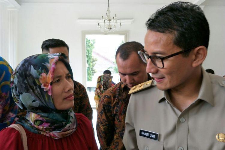 Wakil Gubernur DKI Jakarta Sandiaga Uno dan warga Munjul, Ciracas, Istiqomah, yang meminta pekerjaan, Senin (12/3/2018).