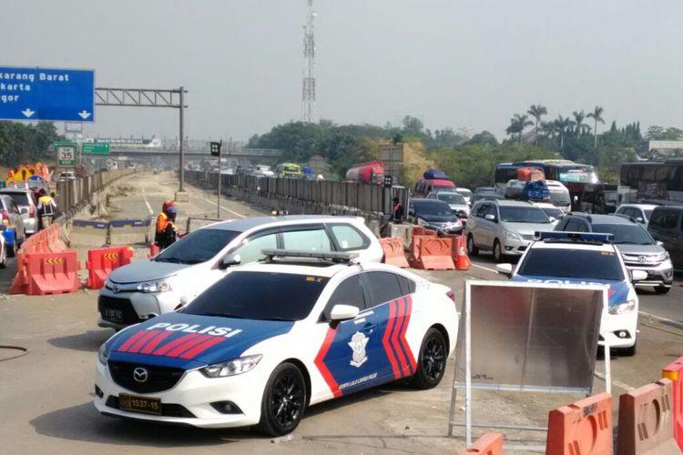 Pemberlakukan contraflow di Tol Jakarta-Cikampek, Selasa (12/6/2018) siang.