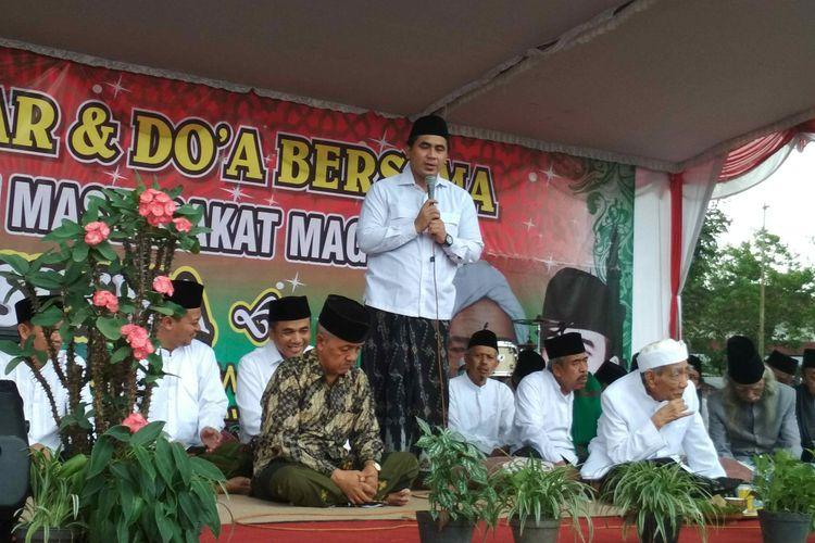 Calon Wakil Gubernur Jawa Tengah Taj Yasin Maimoen (berdiri) saat menghadiri doa bersama di Lapangan Sawitan Kota Mungkid, Kabupaten Magelang, Jumat (22/6/2018).