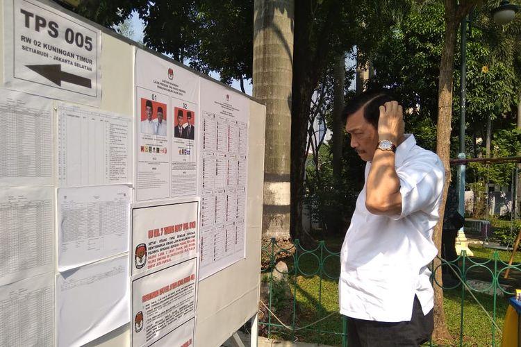 Menteri Koordinator Bidang Kemaritiman Saat Melakukan Pencoblosan di TPS 005 Kuningan Jakarta, Rabu (17/4/2019)