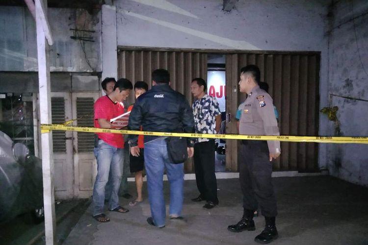 Nampak aparat Polres Madiun sementara melakukan olah tempat kejadian kasus penemuan mayat Darwin Nasution, driver ojek online yang ditemukan tewas bersimbah darah didalam kamarnya, Minggu (12/8/2019) malam.