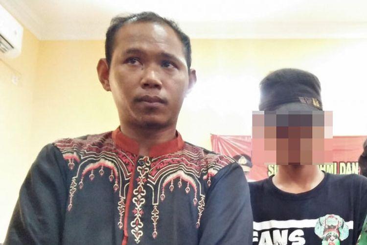 Nur Khalim (kiri) dan AA (tengah), siswa PGRI Wringinanom, Kabupaten Gresik, Jawa Timur, dalam mediasi yang dilakukan di kantor Polsek Wringinanom, Minggu (10/2/2019).