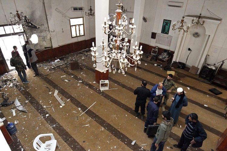 Petugas memeriksa bagian dalam masjid di Benghazi, Libya yang menjadi lokasi terjadinya ledakan bom kembar, Jumat (9/2/2018).
