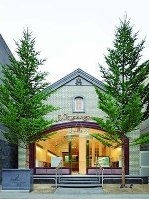 Cabang aslinya berada di Kitayama, yang merupakan kawasan dengan banyak gedung barat bergaya retro
