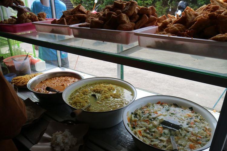 Warung Ayam Geprek Bu Rum dengan sistem prasmanan. Konsumen boleh ambil nasi dan sayur sesuai dengan porsi masing-masing.