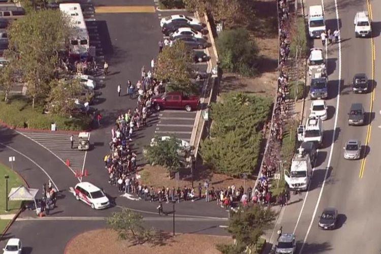 Situasi antrean donor darah di Thousand Oaks, California, Kamis (8/11/2018). Ratusan warga bebrondong-bondong menyumbangkan darah mereka untuk korban penembakan massal. (CNN)