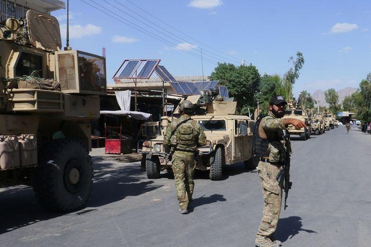 Pasukan keamanan Afghanistan berjaga-jaga di kota Farah yang baru saja direbut dari kelompok milisi Taliban pada 19 Mei 2018. Pemerintah Afghanistan telah memulai gencatan senjata sepihak dengan Taliban selama sepekan ke depan sejak Selasa (12/6/2018).