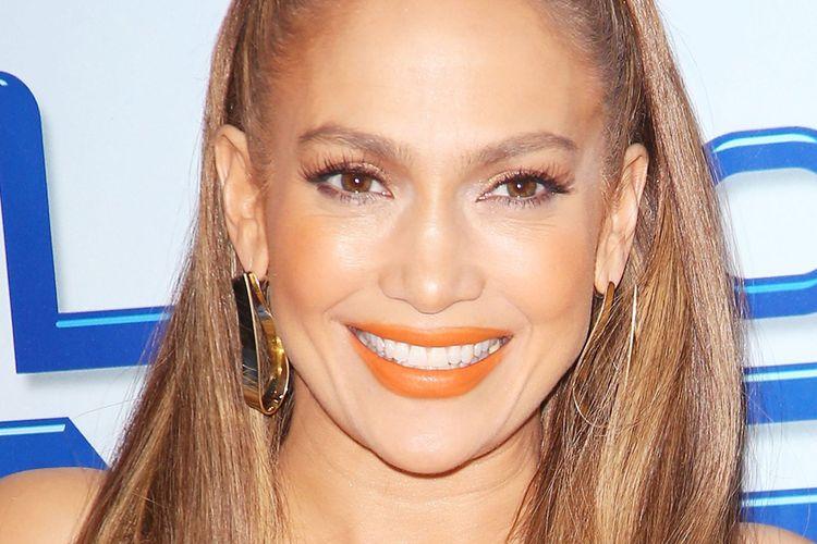 Jennifer Lopez memakai lipstik berwarna jingga saat hadir dalam sesi pemotretan untuk World of Dance, Selasa, 30 Januari 2018.