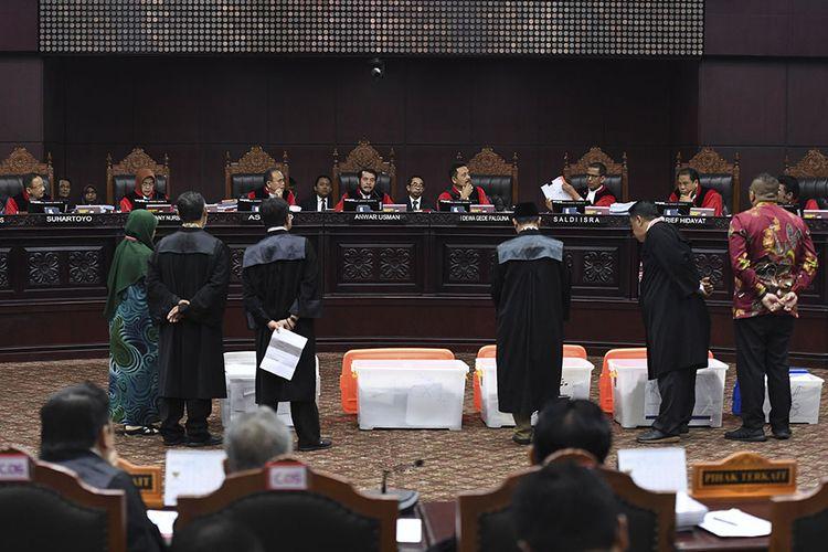 Hakim Mahkamah Konstitusi menunjukan sebagian bukti pihak pemohon yang belum bisa diverifikasi saat sidang Perselisihan Hasil Pemilihan Umum (PHPU) Presiden dan Wakil Presiden 2019 di Gedung Mahkamah Konstitusi (MK), Jakarta, Rabu (19/6/2019).