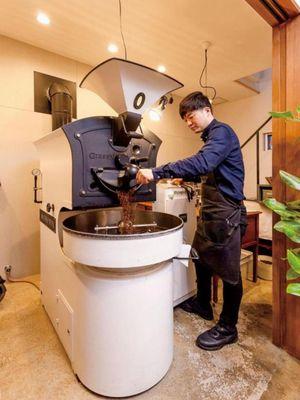 Eguchi-san (pemilik kedai) yang menghadap mesin roasting