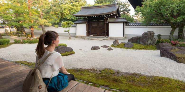 ILUSTRASI - Wisatawan di taman kuil di Jepang