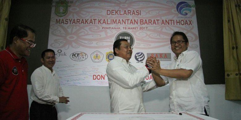 Menkominfo Rudiantara dan Gubernur Kalbar Cornelis saat Deklarasi Masyarakat Kalimantan Barat Anti Hoax di Pontianak (19/3/2017)