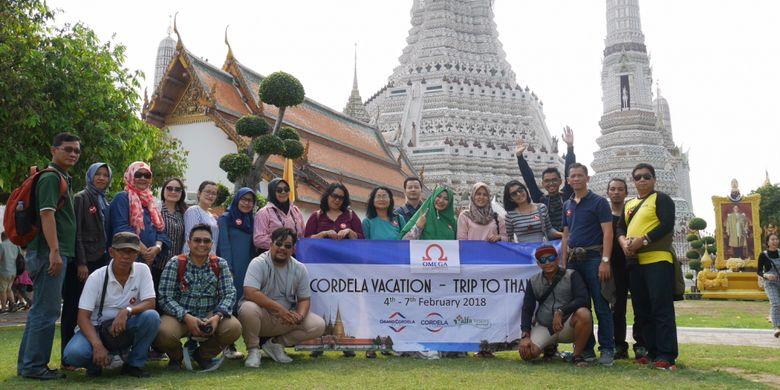 Peserta Cordela Vacation Trip to Thailand saat berada di Kuil Wat Arun Bangkok, Thailand, Minggu (4/2/2018).