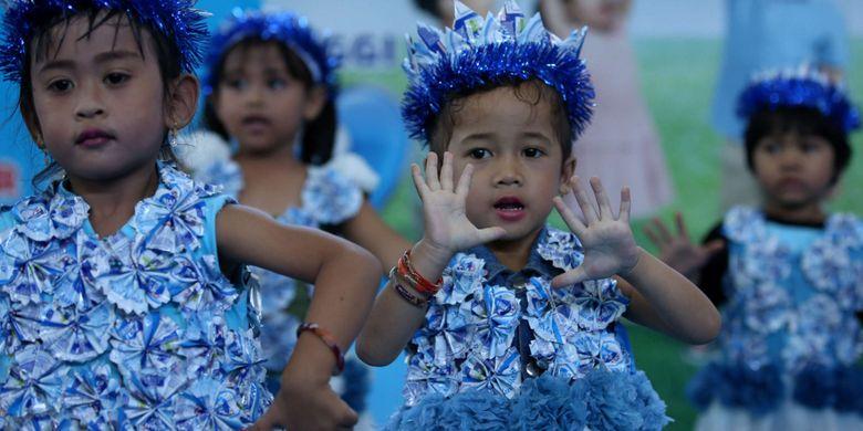 Siswa Taman Kanak-kanak dan PAUD se-Kabupaten Magelang mengikuti lomba Gerak 123 Frisian Flag di GOR Gemilang, Magelang, Senin (30/4/2018). Lomba yang diikuti 2500 anak di 21 Kecamatan ini untuk mendukung tumbuh kembang anak sejak usia dini.
