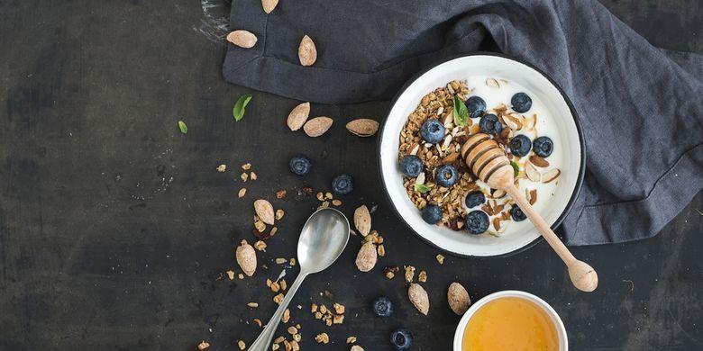 Ilustrasi sarapan sehat dengan kandungan gandum utuh dan biji-bijian.