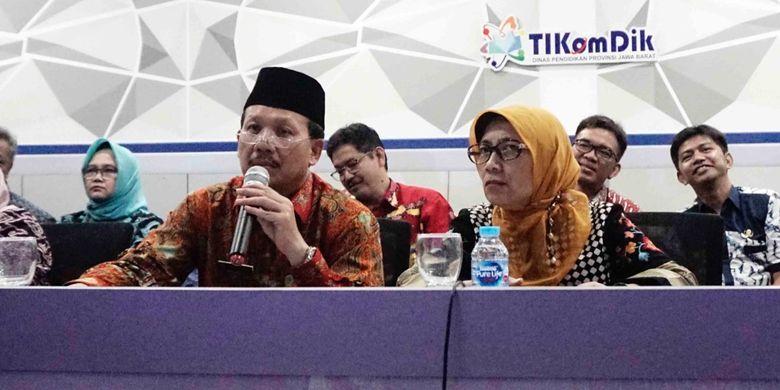 Ketua Panitia Penerimaan Peserta Didik Baru (PPDB) 2019, Iwa Karniwa mengecek kesiapan PPDB seluruh SMA/SMK/SLB di Jawa Barat melalui konferensi video di Command Center Unit Pelaksana Teknis Daerah (UPTD) Dinas Pendidikan (Disdik) Jabar, Kota Bandung, Kamis (13/6/2019).