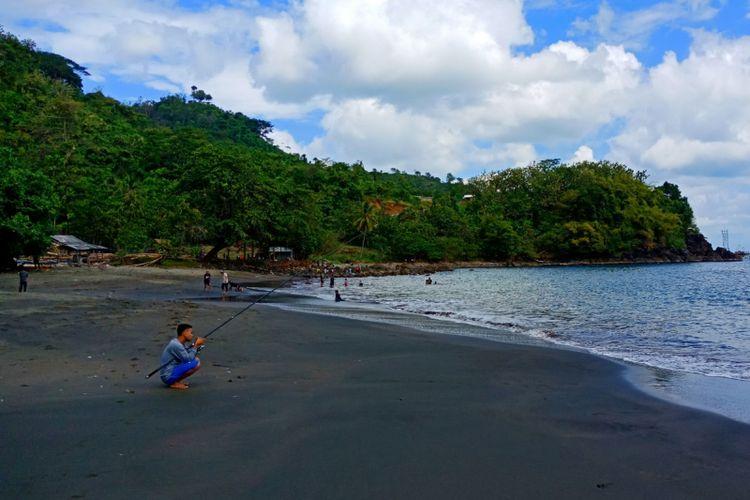 Pantai Cisaar di kawasan Geopark Ciletuh, Sukabumi yang tampak tidak terlalu ramai pengunjung saat libur akhir pekan, Sabtu (23/6/2018).