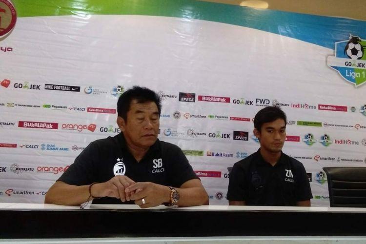 Pelatih Sriwijaya Subangkit bersama dan Zainando saat memberikan keterangan pers, Sabtu (15/9/2018).