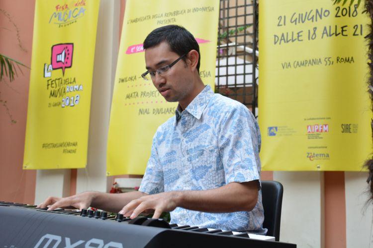 Permainan pianis jazz Indonesia, Nial Djuliarso, yang khusus hadir ke Roma untuk acara di KBRI Roma.
