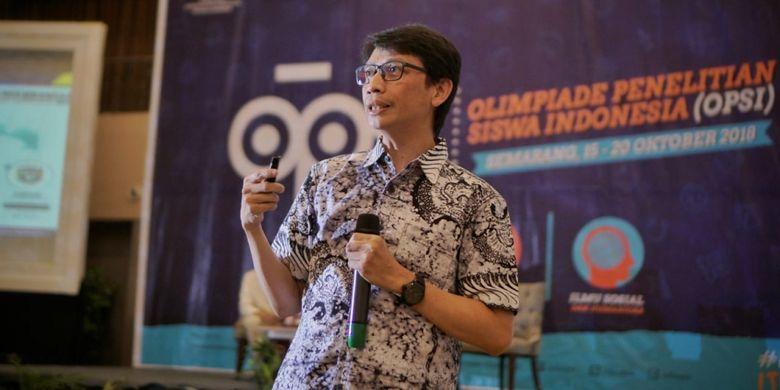 Asep Sukmayadi, Kepala Seksi Bakat dan Prestasi Peserta Didik SMA Kemendikbud dalam sesi sharing knowledge kepada para siswa peserta OPSI 2018 (15-20/8/2018)